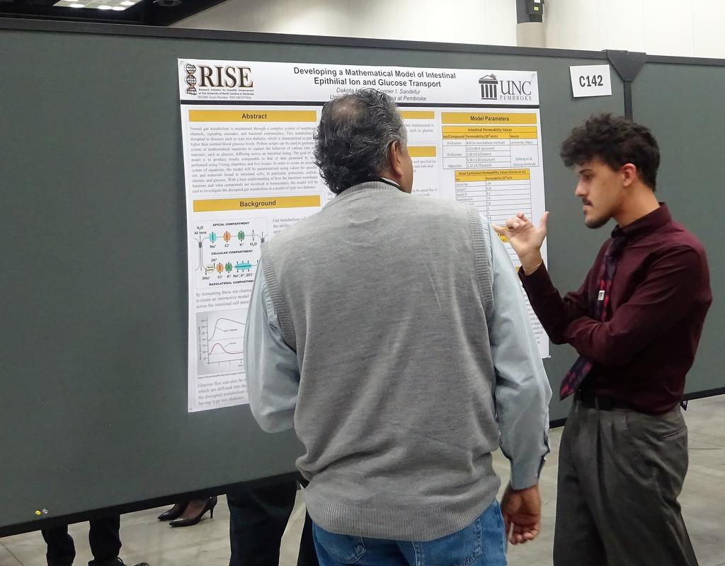 Dakota Lee discussing his research with an ABRCMS judge.